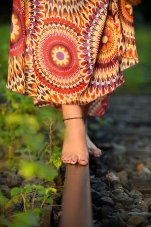 piedi nudi di bambine: bilanciamento a piedi nudi