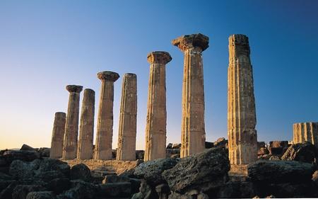 temple grec: Dorian colonnes de temple grec d'H�racl�s, ou temple d'Hercule, dans la Vall�e des Temples � Agrigente, Sicile
