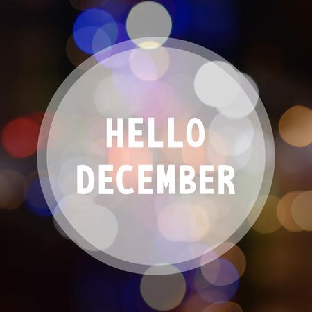 Hallo Dezember Beschriftung auf Bokeh Hintergrund. Standard-Bild
