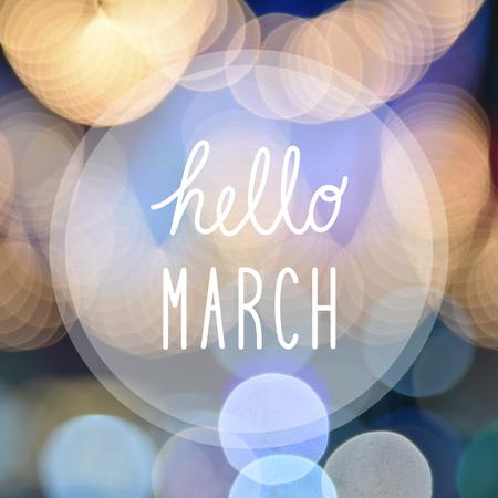 Hallo März Gruß auf Bokeh Lichter in der Nacht Hintergrund.