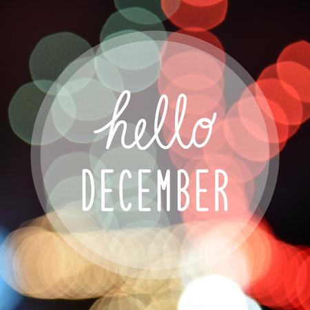 Hallo Dezember Gruß auf Bokeh Lichter in der Nacht Hintergrund.