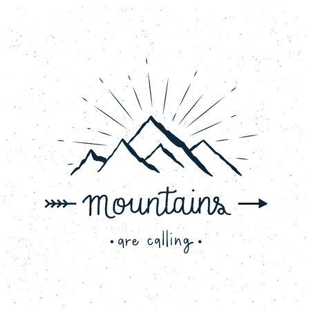 Las montañas están llamando letras a mano con salpicaduras de acuarela abstracta sobre fondo blanco.