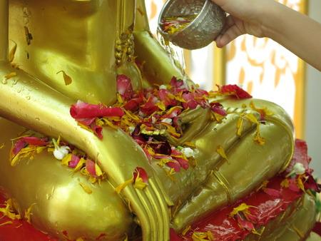 bouddha: L'eau �tant vers� sur une statue de Bouddha comme une partie de Thais c�l�bration du Nouvel An