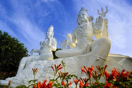 Shining 화이트 Shiva Parvati 동상 Kailasagiri 공원, Visakhapatnam, 인도에서 빛나는 스톡 콘텐츠