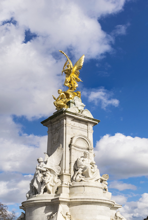 angels fountain: The Statue of Queen Victoria Memorial is a monument located in front of the Buckingham Palace in London. The central pylon of the memorial is of Pentelic marble and individual statues are in Carrara marble and gilt bronze. Stock Photo