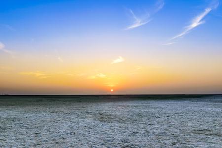 Schöne ruhige Sonnenuntergangansicht bei großem Rann von Kutch, salzige Landschaften, Gujarat, Indien Standard-Bild - 80446407
