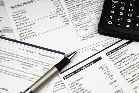 Betalen een stapel rekeningen eind van de maand. Stockfoto