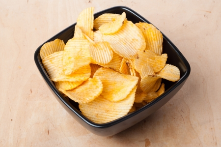 serrate: Bowl of potato chips in the composition