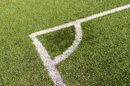 pasto sintetico: L�nea con esquina de una pelota de f�tbol (f�tbol) sobre la hierba sint�tica Foto de archivo