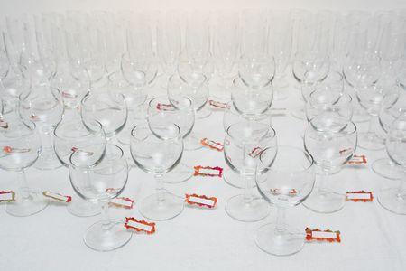 Des rangées de verres d'eau avec les badges, sur une nappe de lin Banque d'images - 1884422