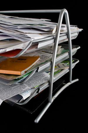 En-panier débordant de documents, du courrier et d'autres documents. Isolé sur fond noir. Banque d'images - 2450503