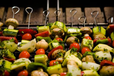 Various colorful and healthy vegetables grill in a barbecue. Shish-kebabs made with mushrooms,peppers,cherry tomatoes,zuccini squash, and onions. Banque d'images