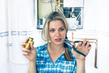 bomba de agua: Beautiful Girl está tratando de reparar una caldera
