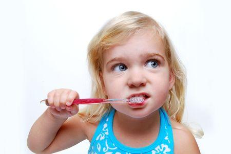 cepillarse los dientes: ni�a cepillarse los dientes Foto de archivo