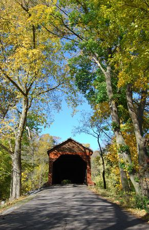 covered bridge': covered bridge on country road Stock Photo