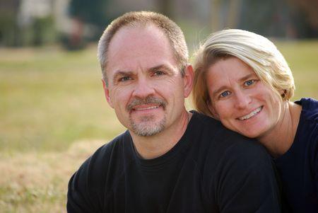 pareja de esposos: pareja casada al aire libre