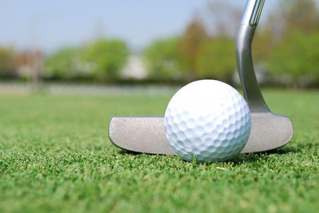 골프 공 및 녹색 퍼터의 닫기