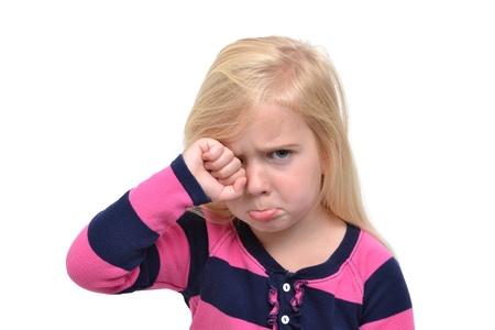 ni�o llorando: ni�a frotando sus ojos llorando