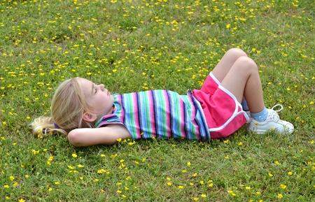 klein meisje op de grond liggen