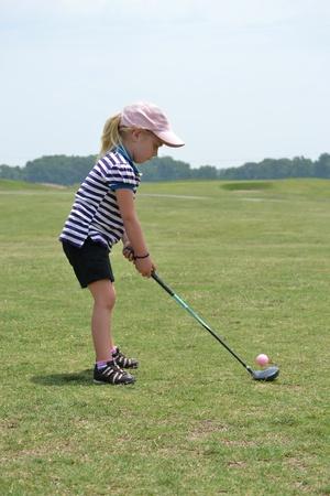 ゴルフ ・ ボールをヒットする準備ができての女の子
