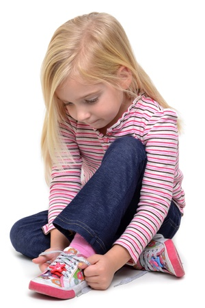 meisje binden haar schoenen Stockfoto