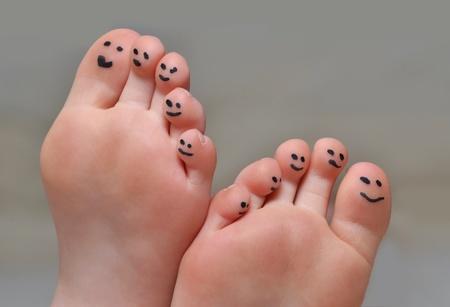 kleine tenen met lachende gezichtjes