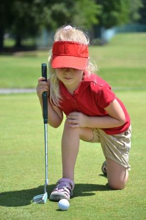 teen golf: ni�a jugando al golf Foto de archivo
