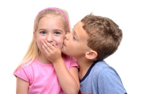 zoenen: kleine jongen zoenen meisje witte achtergrond