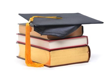 birrete: graduación de la tapa de los libros apilados