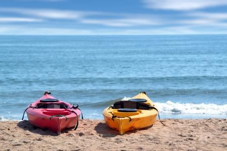 해변에있는 두 마리의 카약
