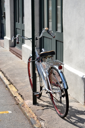 bicycle chained to pole in the city Banco de Imagens