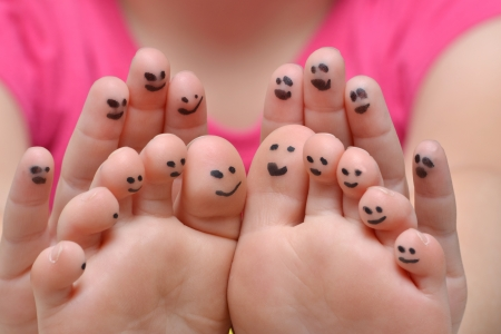 vingers en tenen met gezichten Stockfoto