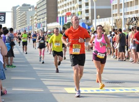 Virginia Beach, Virginia SEPTEMBER 1, 2013: Runners compete in the Rock N Roll Half Marathon Series September 1, 2013 in Virginia Beach, Virginia.  Redakční
