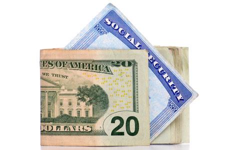 seguridad social: tarjeta de seguro social y el dinero de fondo blanco