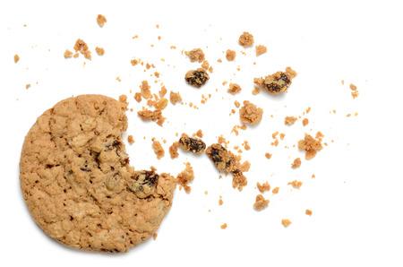 부스러기 흰색 배경에 오트밀 건포도 쿠키