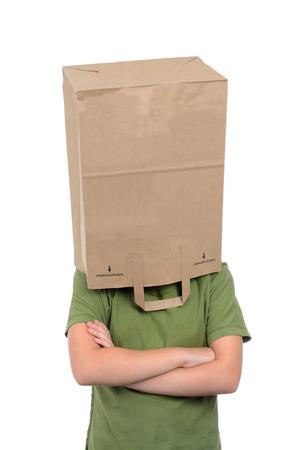 avergonzado: chica con bolsa de papel sobre la cabeza aislado en el fondo blanco