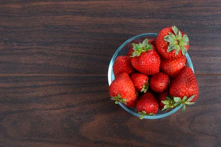 fresh strawberries in glass bowl on table Zdjęcie Seryjne