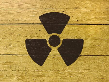 Sign of radiation on a wooden painted old wall. Foto de archivo