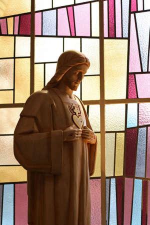milagro: Una cifra jesus perforarse con las manos y el coraz�n delante de un moderno vitral  Editorial