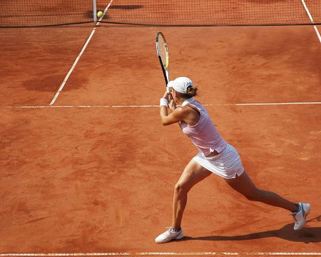 jugando tenis: Mujer jugando tenis en el torneo profesional