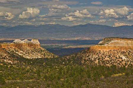 arri�re-pays: Le paysage accident� du nord du Nouveau-Mexique en dehors de Santa F�. Banque d'images