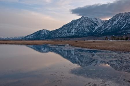 lagos: Una reflexi�n del pico de puestos de trabajo al atardecer desde Valle Carson, Nevada.  Foto de archivo