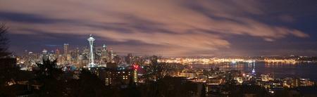 seattle: Panorama el centro de Seattle, Washington y Puget Sound en la noche. Foto de archivo