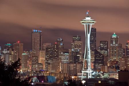 seattle: El horizonte de Seattle, Washington en la noche. Foto de archivo