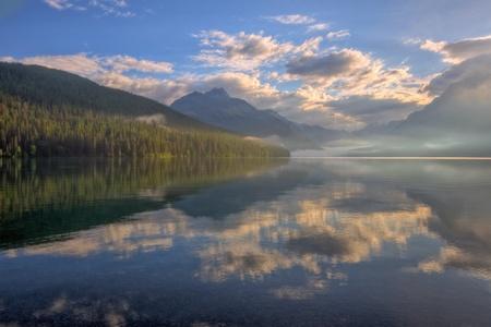 bowman: Una riflessione di Alba estiva sul lago Bowman, Glacier National Park, Montana. Archivio Fotografico