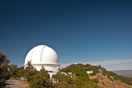 Une vue de la coupole du télescope de 3 mètres de Shane réflecteur à l'observatoire Lick sur le Mont Hamilton, San Jose, en Californie.