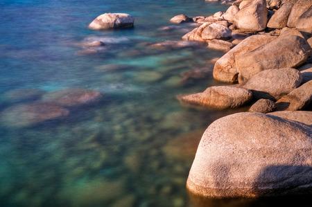 レイクタホ、ネバダ州の海岸線の岩の長時間露光