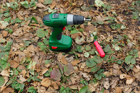 power operated: the screw gun on the accumulator and a manual screw-driver lie on the ground