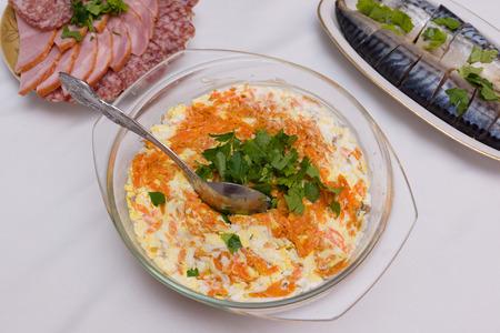 plato de ensalada: delicioso plato de ensalada abundante se coloca sobre la mesa, adem�s de los platos principales