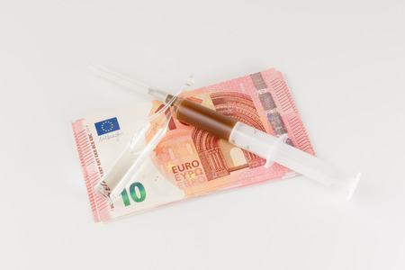 sumas: la gente gasta grandes sumas de dinero para los preparados m�dicos y sustancias